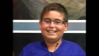 Menino não segura a risada durante a reza do terço ao vivo ( Vídeo original)