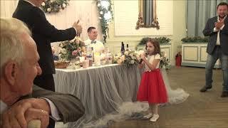 Пятилетняя племянница поздравляет дядьку на свадьбе