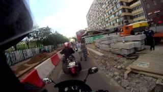 Мотоциклист пугает пешеходов звуком сигнала
