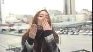 Скачать Girl Sends A Blow A Kiss