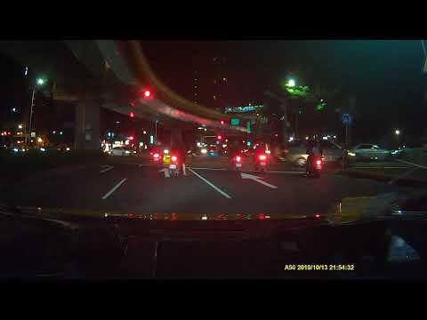幹遇到闖紅燈的三寶還好車速不快不然就買單