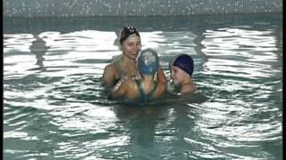 Урок плавания для детей в бассейне