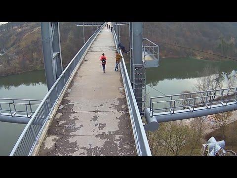Небезпечні трюки на житомирському пішохідному мосту