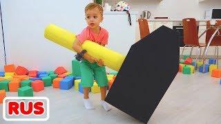 Влад, Никита и мама играют с разноцветными кубиками