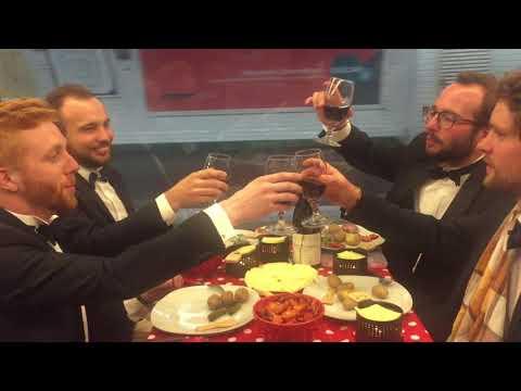 法国青年地铁车厢里吃火锅 司机:给你开慢点?
