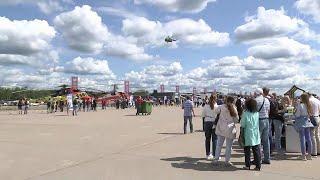 Пилотажные группы выступили на авиасалоне МАКС в подмосковном Жуковском.