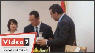 """بالفيديو..وزير الثقافة المصرى يهدى نظيره الصينى """"فرس النهر"""""""