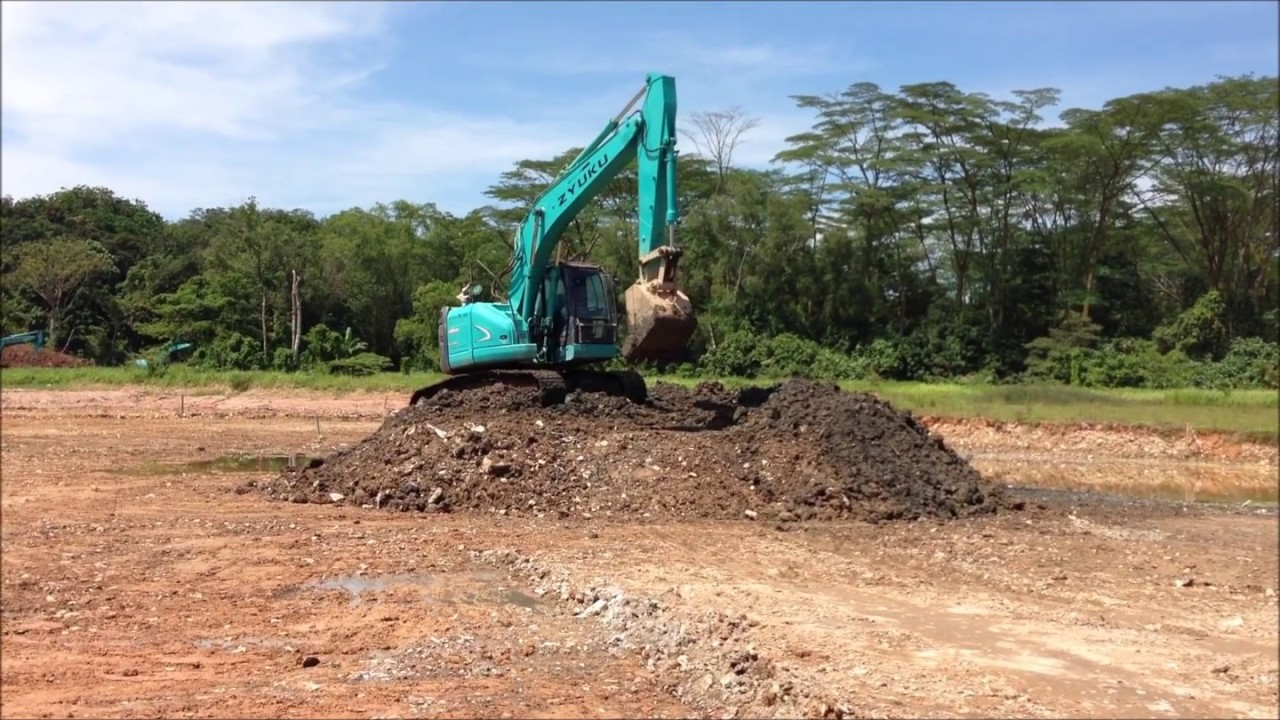 SK225SR-2 YB05-03100UP KOBELCO EXCAVATOR AT WORK MOVING SOIL IN SINGAPORE  FOR RENT EXCAVATOR