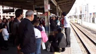 軌道敷内へ人が転落し緊急停止した列車An emergency stop.