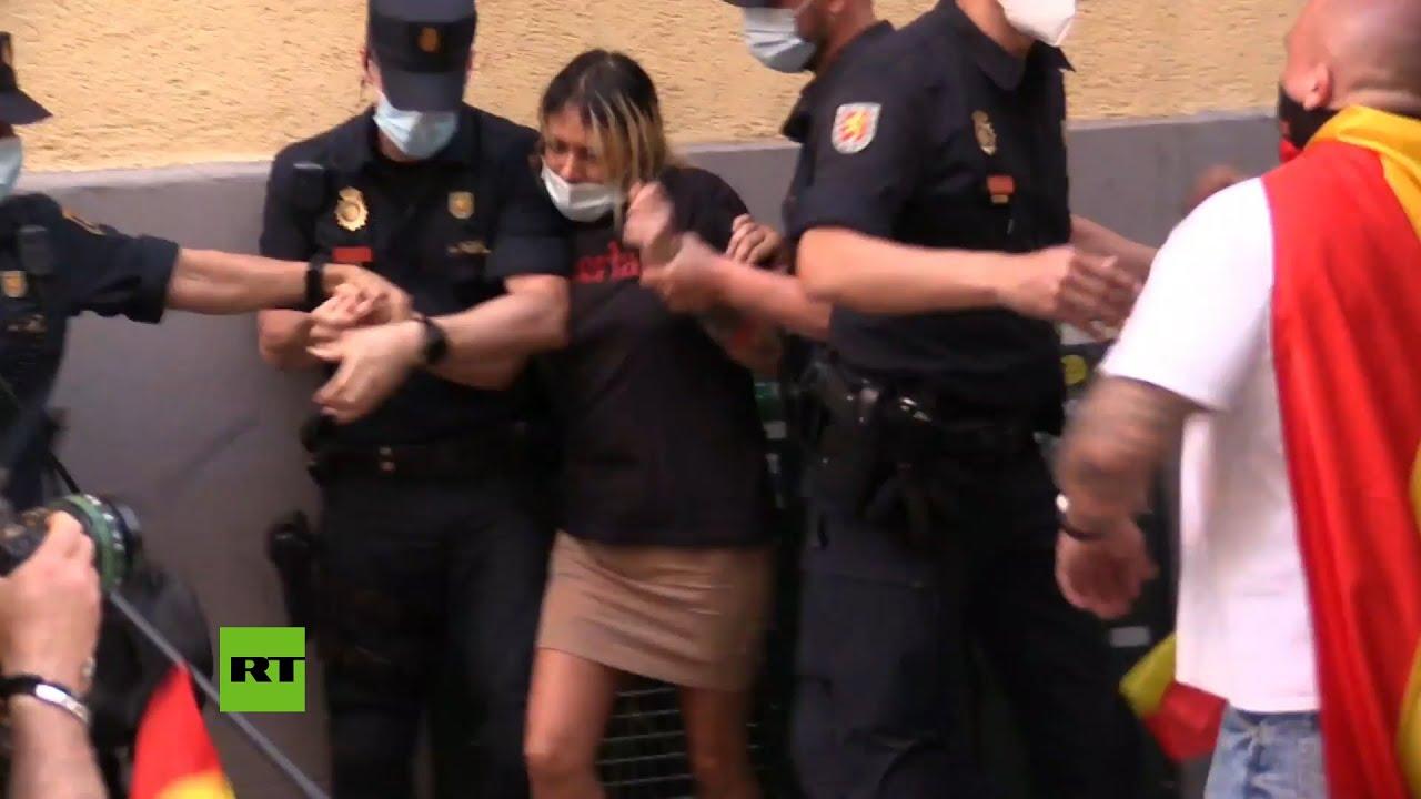Líder del grupo de extrema derecha Hogar Social, detenida en una protesta ante la sede del PSOE