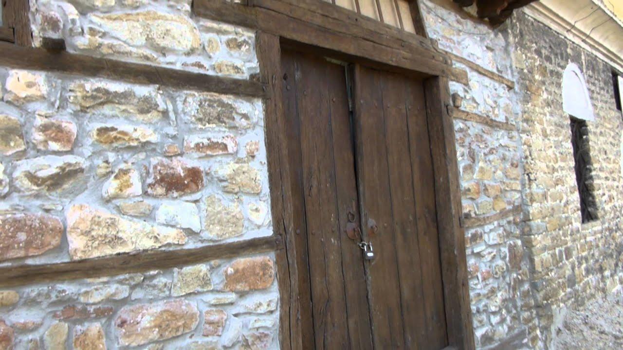 8239 puerta de madera en casa antigua medieval raw for Puerta casa antigua
