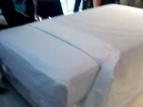 How to make up a bed(3 sheets) by P'Eak 20100203 [3/3]