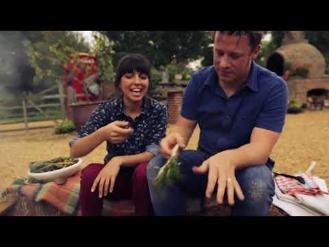 Джейми Оливера и Фелицитас Писарро готовят свинину на гриле с кленово-ромовым соусом