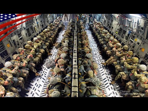 飛行機からパラシュートで真っ暗な地上に飛び降りる空挺隊員たち:夕方・夜間空挺降下