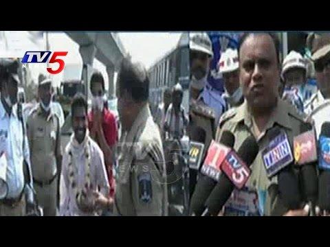 Hyderabad Police Gandhigiri   Bike Riders Without Helmets Honored By Cops   TV5 News