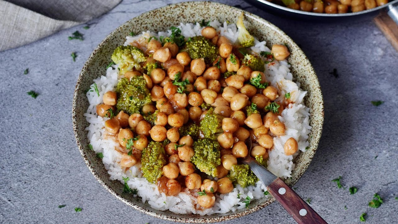 Garlic Broccoli Stir-Fry With Chickpeas (Easy Recipe)