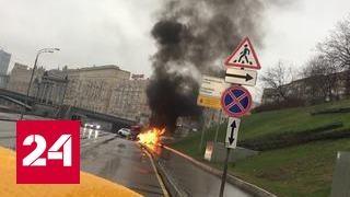 В центре Москвы Maserati влетела в столб и сгорела: водитель скончался