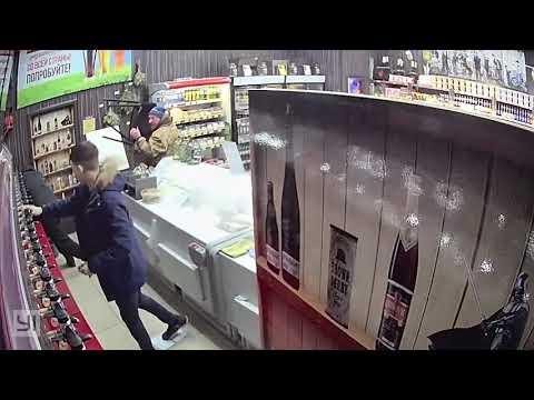 Продавец с покупателем побили грабителя с молотком