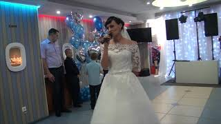 Невеста на свадьбе читает стихи для любимого