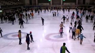 冬はアイススケートリンクになります。キャンプ座間から遊びに来ている...