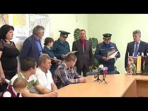 В Струнине наградили прохожих, спасших семью на пожаре