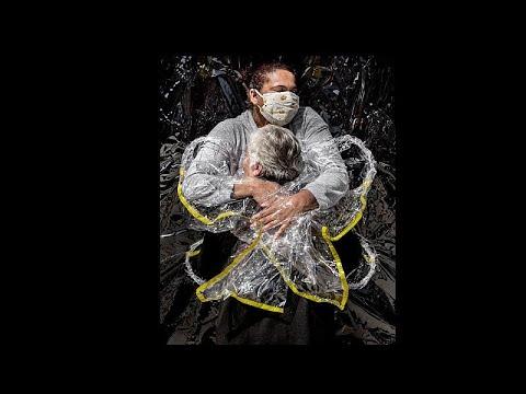 صورة -رمزية- عن عناق في زمن كورونا تفوز بجائزة -وورلد برس فوتو- 2021…  - 14:59-2021 / 4 / 16