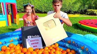 나스티아와 아르 템은 오렌지를 골라 황금 단추를받습니다