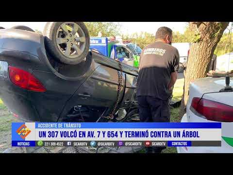 Peugeot 307 vuelca sobree Av. 7 y termina contra un árbol