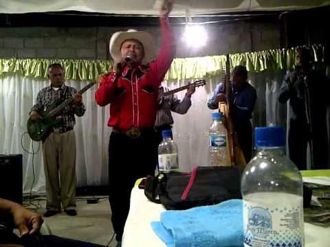 Carlos Vasquez Cantando un Seis por derecho