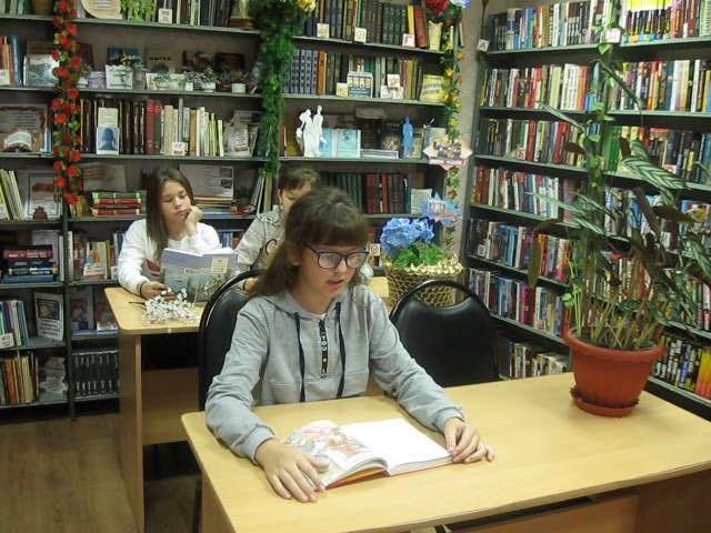 Изображение предпросмотра прочтения – ВикторияРяжских читает отрывок изпроизведения «Козетта» В.Гюго