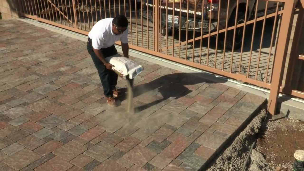 Como instalar la arena polimerica techniseal para for Losas de hormigon para jardines