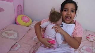 शफ़ा एक बेबी और अभिभावक से खेलने का नाटक करती है।