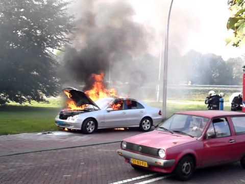 Taxi gaat in de brand, in Vlijmen.