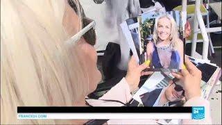 Cannes 2016 - Les fans prennent d'assaut la Croisette. Objectif : l'autographe de Julia Roberts