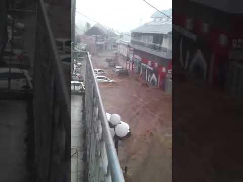 Saint-André : La crue passe en centre ville !