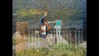 Зеркалом блестит река
