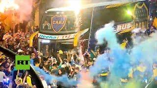 Hinchas despiden a jugadores de Boca Juniors en Buenos Aires con destino a Madrid