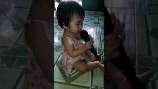 Bé hát karaoke
