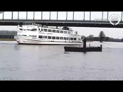 Passagiersschip 'De Eureka' bij Doesburg - hoogwater