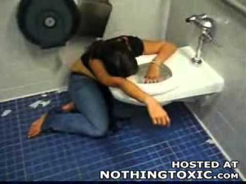 очень громко пьяная девушка общается с унитазом видео проглотила