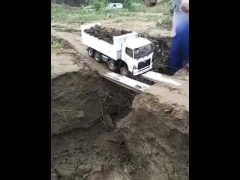 Motorista erra manobra e caminhão pesado quase cai em ponte...!