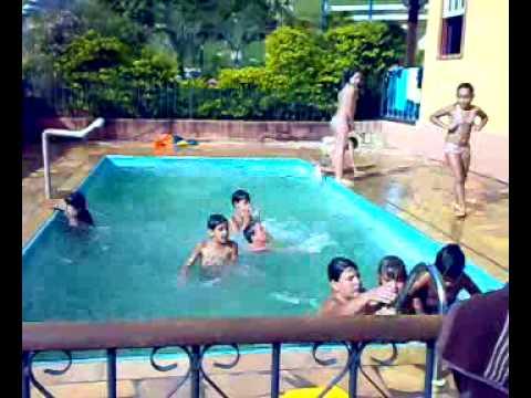 Crian as nadando na piscina da casa da gruta youtube for Gadget da piscina