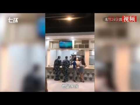 视频:女子穿低胸装为学生打饭 窗口负责人被罚2000元
