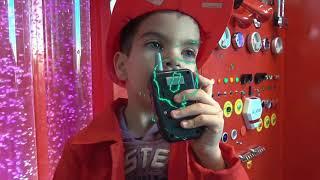 Андрей играет в пожарного. Катается на пожарной машине и помогает котятам