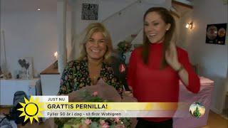 """Pernilla Wahlgren fyller 50 år – """"Hurra! Hurra! Hurra!"""" - Nyhetsmorgon (TV4)"""