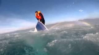 Batan teknenin burnundaki mülteciyi kurtarma anları