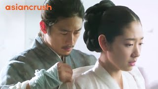 Virgin queen finally attracts her king's attention | Clip from 'The Royal Tailor'