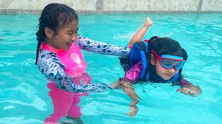 Jannie Teaching Ellie How to Swim in the Pool | Kids Pretend Play Swimming Pool and to Not Give Up