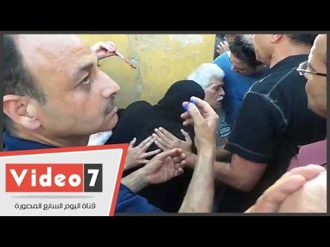لحظة إغماء الفنان طارق النهرى وانهياره بعزاء وائل نور