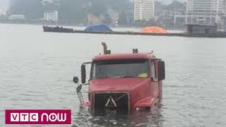 Xe container trượt bánh 'tắm' dưới vịnh Hạ Long